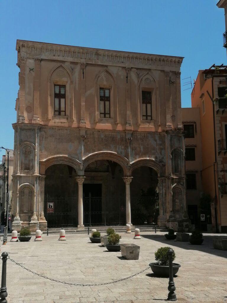 Santa Maria La Nova - Prospetto principale con il portico a tre archi