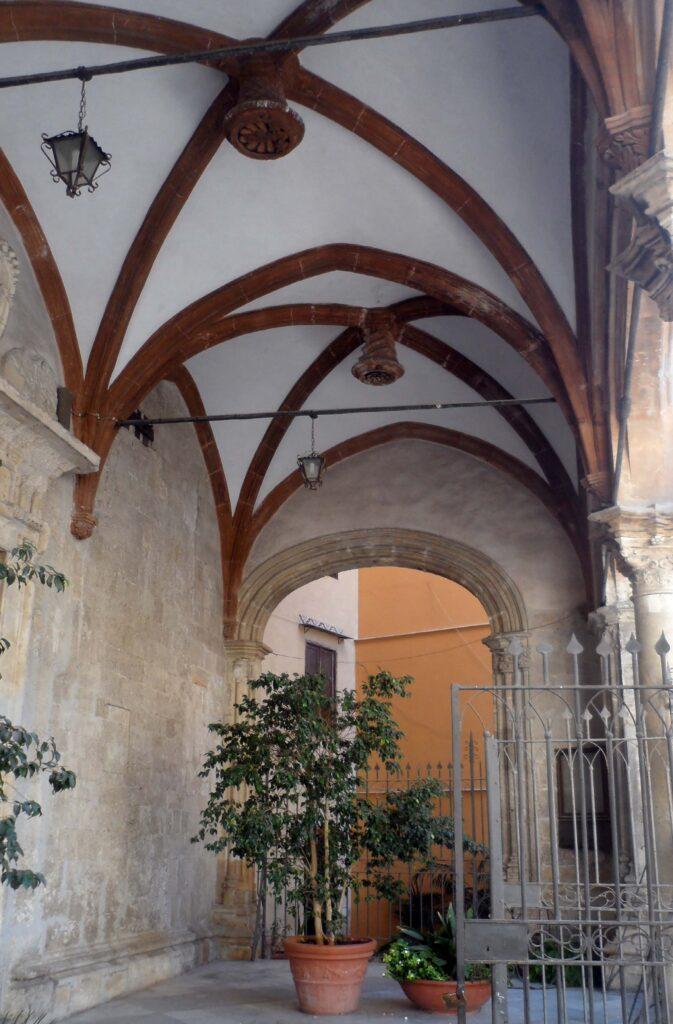 Santa Maria La Nova - Interno del portico con volte a crociera costolonate