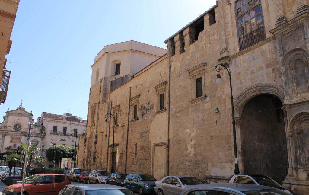 Prospetto laterale su via G. Meli e sullo sfondo la chiesa di San Sebastiano