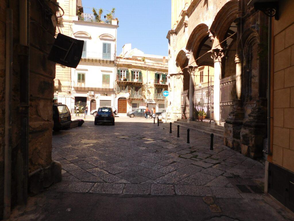 Santa Maria La Nova - Foto del prospetto principale sulla piazza