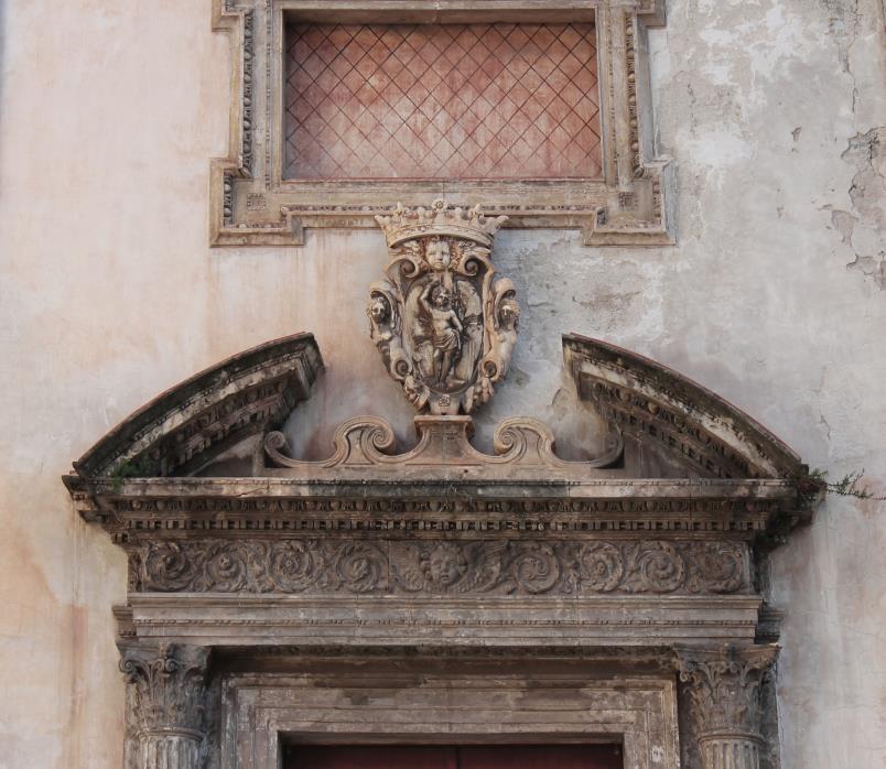 San Sebastiano - Dettaglio del frontone curvo del portale principale