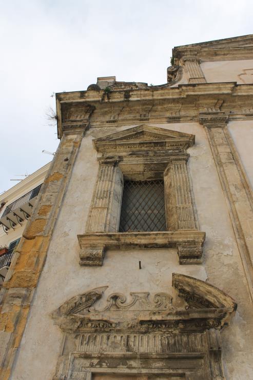 San Sebastiano - Dettaglio delle lesene doriche che tripartiscono la facciata e dell'apertura ad edicola del primo livello