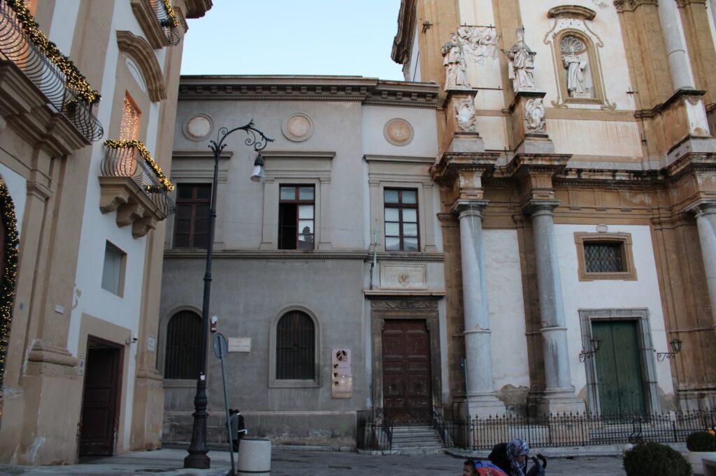 Complesso di San Domenico - Foto del prospetto e dell'ingresso alla Società Siciliana di Storia Patria, adiacente alla chiesa di San Domenico